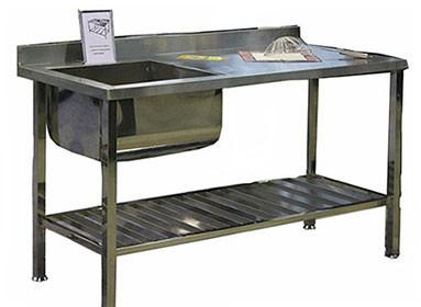 Стол разделочный с мойкой из нержавеющей стали. Каркас из черного металла.